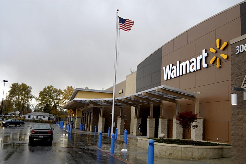 American consumer shopping at Walmart(Wal-mart)