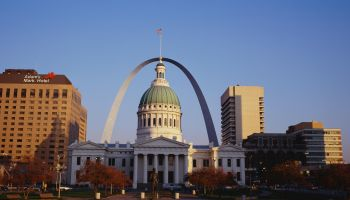 This is the skyline and Arch in daylight. In the center is the Old Courthouse and a statue in front of it.